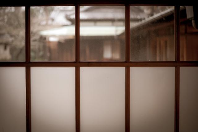 古民家の木枠の窓を活かした寒さ対策