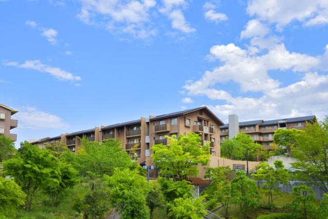 田舎はあきらめて、地方都市の新築または築浅マンションや建売戸建てを購入する。